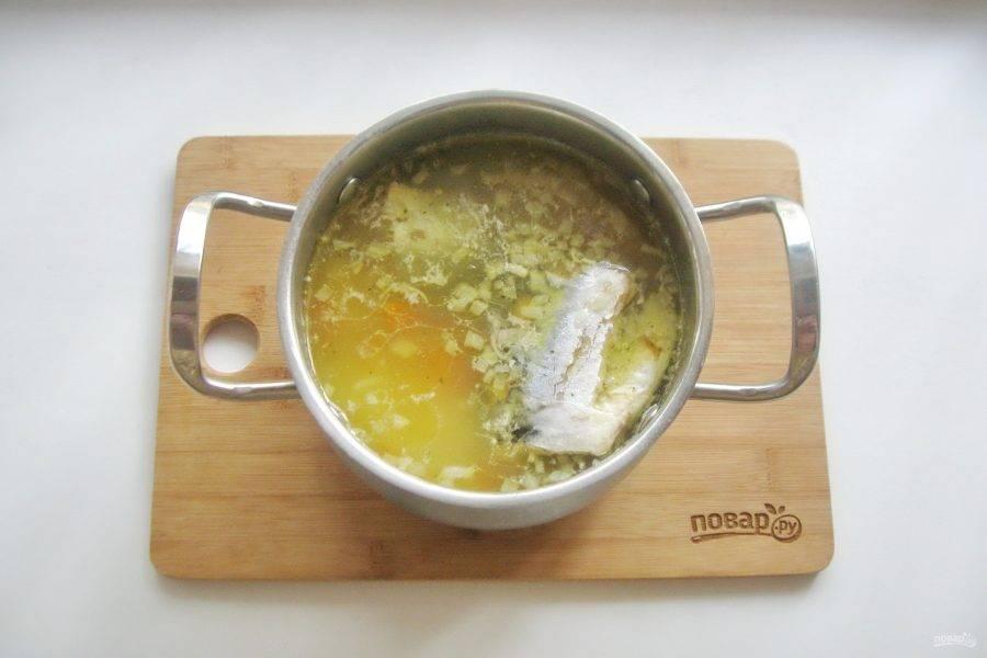 В кастрюлю с готовым супом выложите вареную скумбрию.