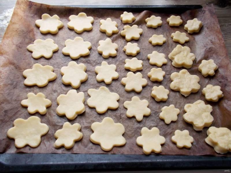 Противень застелите бумагой для выпечки или силиконовым ковриком. Выложите печенье на расстоянии друг от друга.