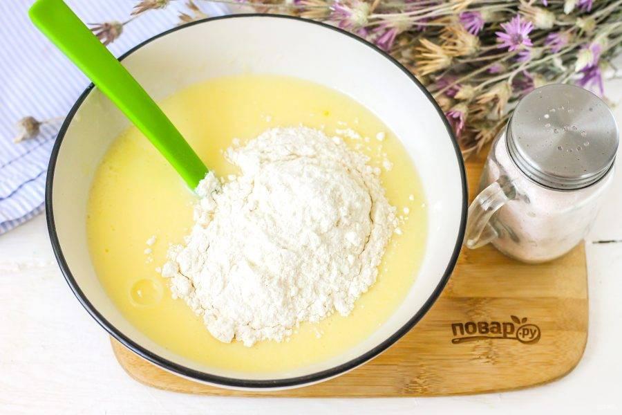Всыпьте по частям кокосовую муку и взбейте до получения вязкого блинного теста.