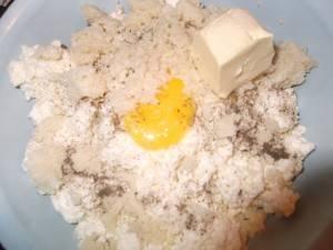 3. Добавим два желтка, творог и размягченное масло к курице.