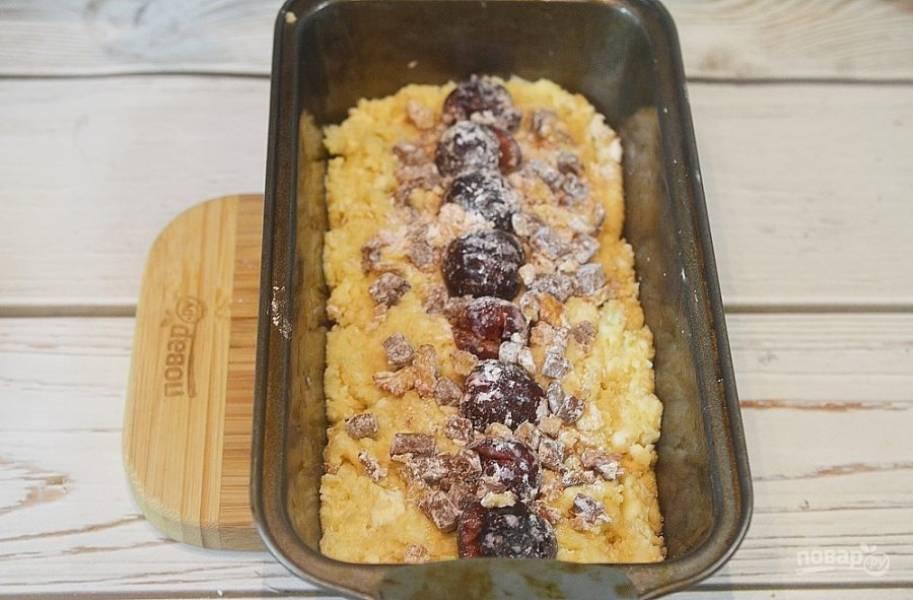 8. Затем положите начинку и немного вдавите ее  в тесто. Затем оставшееся тесто разровняйте руками.