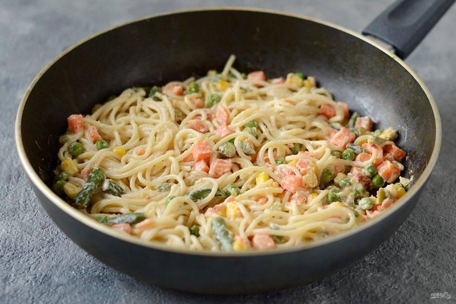 Соедините макароны и овощи вместе, потушите еще 2-3 минуты.  При необходимости еще посолите.