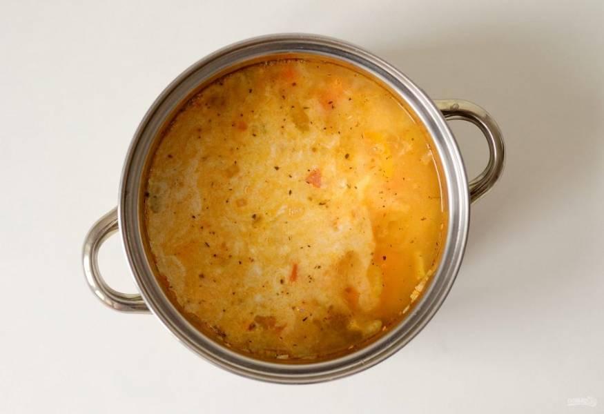 Влейте овощной бульон и кокосовое молоко, добавьте томатную пасту.