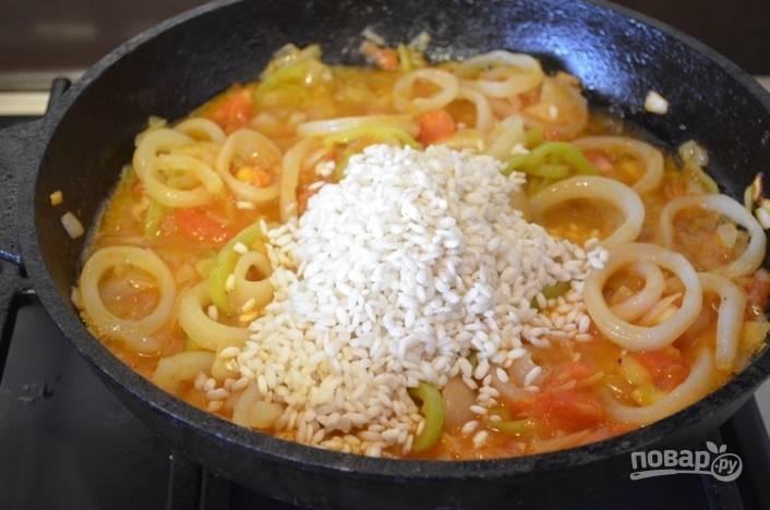 8.Рис промываю в нескольких водах до прозрачной воды, затем добавляю его на сковороду к остальным ингредиентам.