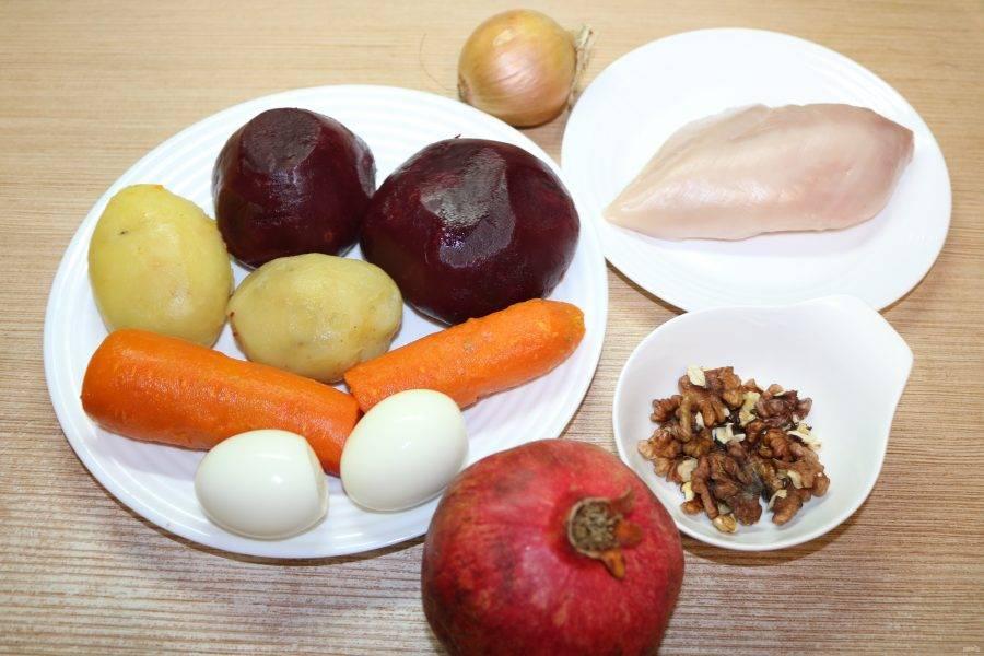 Подготовьте ингредиенты. Морковь, картофель, свеклу, яйца и куриную грудку отварите до готовности.