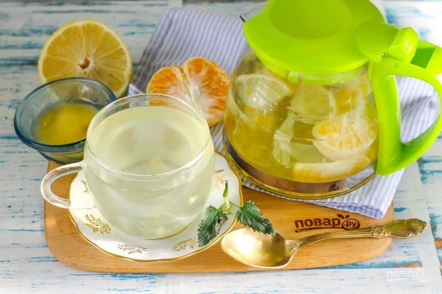 Разлейте имбирный напиток в чашки и подайте с цветочным медом любого сорта - каждый сам выложит себе в чашку нужное количество сладкого продукта. Готовьте такой напиток с утра и пейте в течение дня, угощая своих родных и друзей.