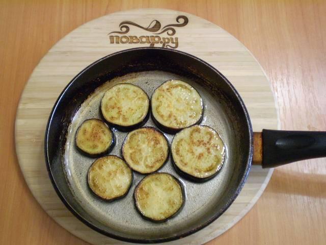 3. Солим, перчим и обжариваем на рафинированном масле до готовности со обеих сторон.