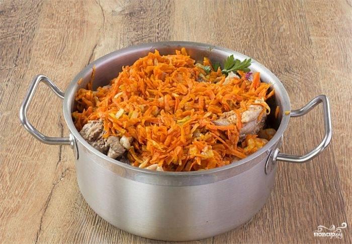 Кусочки кроля обжарьте на сковороде в растительном или сливочном масле до румяной корочки. Выложите их в кастрюлю с толстым дном. В посуду, где поджаривалось мясо, нашинкуйте лук и морковь, пассеруйте их до мягкости. Отправьте в кастрюльку с крольчатиной. Добавьте мелко нарубленную петрушку. Залейте сковородку горячей водой и вылейте все ее содержимое к ингредиентам в кастрюле.