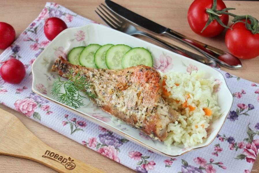 Окунь запеченный в майонезе готов. Подавайте к столу с отварным рисом, картофельным пюре, овощами.