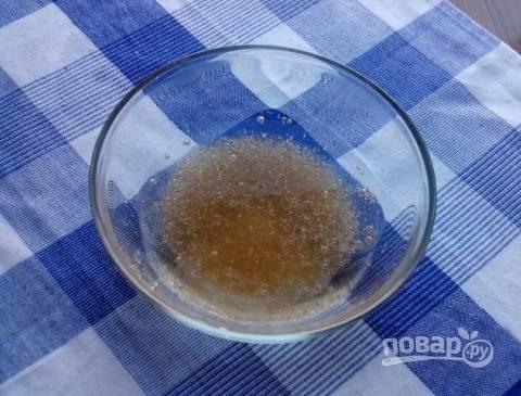 Желатин заливаем кипяченой водой и ставим на водяную баню (до полного его растворения).