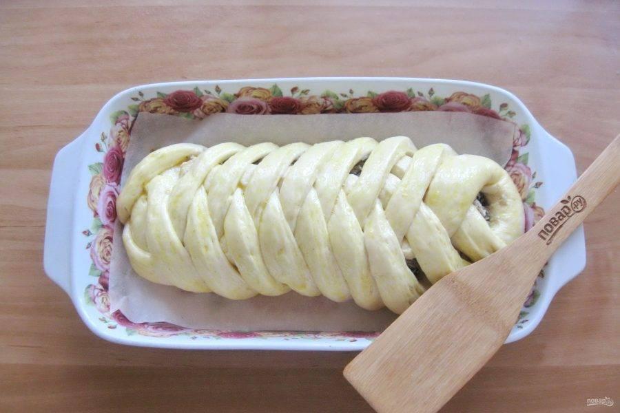 Накройте пирог пищевой пленкой. Дайте кулебяке постоять при комнатной температуре 30 минут. После смажьте яйцом и отправьте в духовку, разогретую до 175-180 градусов.