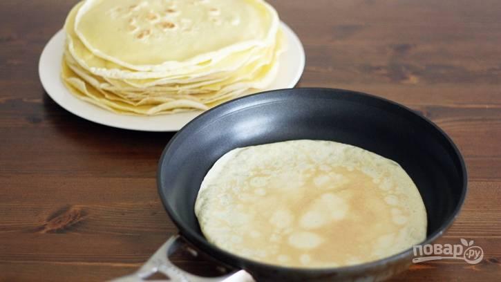 Разогрейте сковороду с растительным маслом и начинайте обжаривать блинчики с двух сторон.