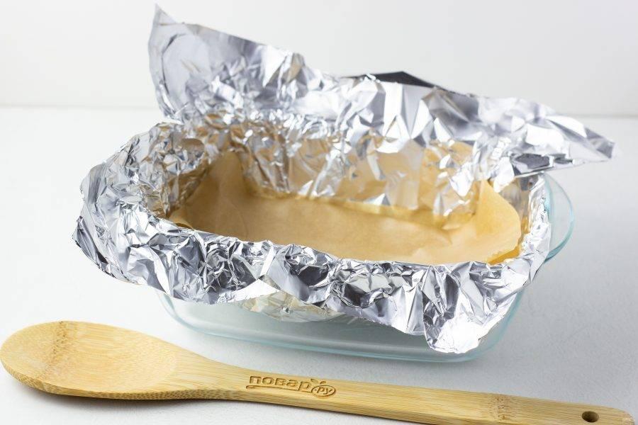 Когда мясо будет готово к запеканию, форму застелите фольгой и дополнительно положите на фольгу лист пергамента. Так мясо получится ещё более сочным и нежным.
