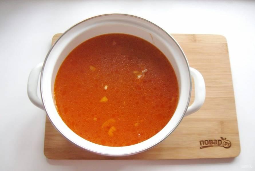 Выложите мясо с луком и томатной пастой в кастрюлю, налейте воду. Варите суп до готовности мяса.