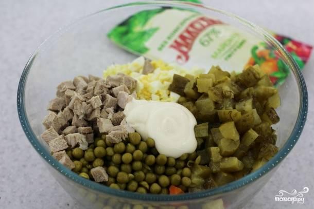 6. Добавляем горошек и заправляем салат майонезом.