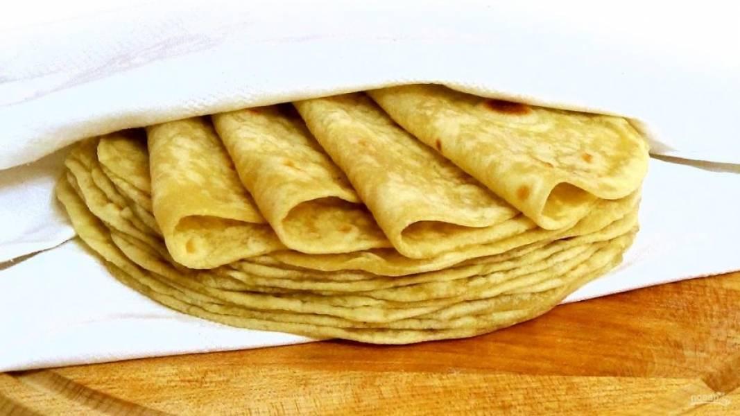 4.  Готовые лепешки накройте полотенцем, чтобы сохранить мягкость. Приятного аппетита!