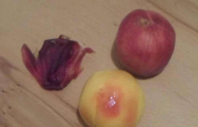 2. Чистим наши персики, убираем косточку и нарезаем дольками.