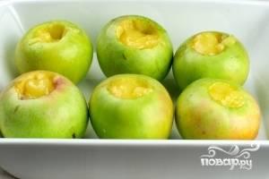 Выкладываем яблоки в посуду для микроволновки и в серединку каждого яблока добавляем мед. Количество меда зависит от того, какой степени сладости вы хотите получить десерт и насколько кислые у вас яблоки. Я кладу по 1.5-2 чайных ложки.