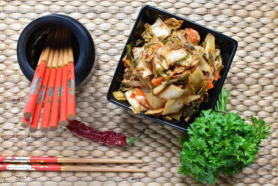 Подавать маринованную пекинскую капусту можно сразу после маринования. Или убрать в холодильник еще на сутки. Хранить в холодильнике.