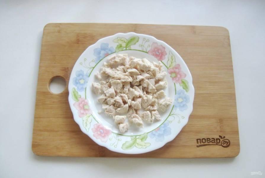 Отварную курицу нарежьте небольшими кубиками.
