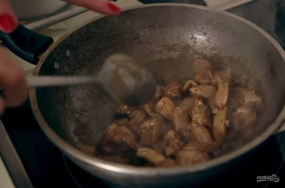 3. Затем нарежьте крупными кубиками куриную грудку и положите в миску. Далее залейте соусом курицу и дайте ей немного постоять, после чего обжарьте на среднем огне до золотистой корочки.