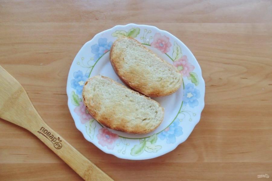 Ломтики белого батона или булки слегка обжарьте в сковороде с небольшим количеством растительного масла. Можно это сделать в тостере. Я поступила именно так.
