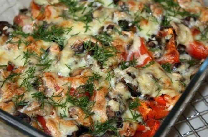 Запекаем блюдо в духовке 35-40 минут, температура 200 градусов. В конце посыпаем остатками измельченной зелени.