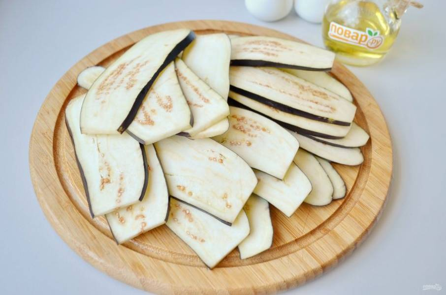 2. Баклажаны вымойте, обсушите, порежьте тонкими слайсами. Посолите и сбрызните растительным маслом.