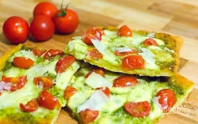 3. Выпекайте пиццу при температуре 220 градусов в течение 15 минут, до золотистой корочки. По желанию, готовую горячую пиццу присыпьте еще порцией тертого пармезана. Приятного аппетита!