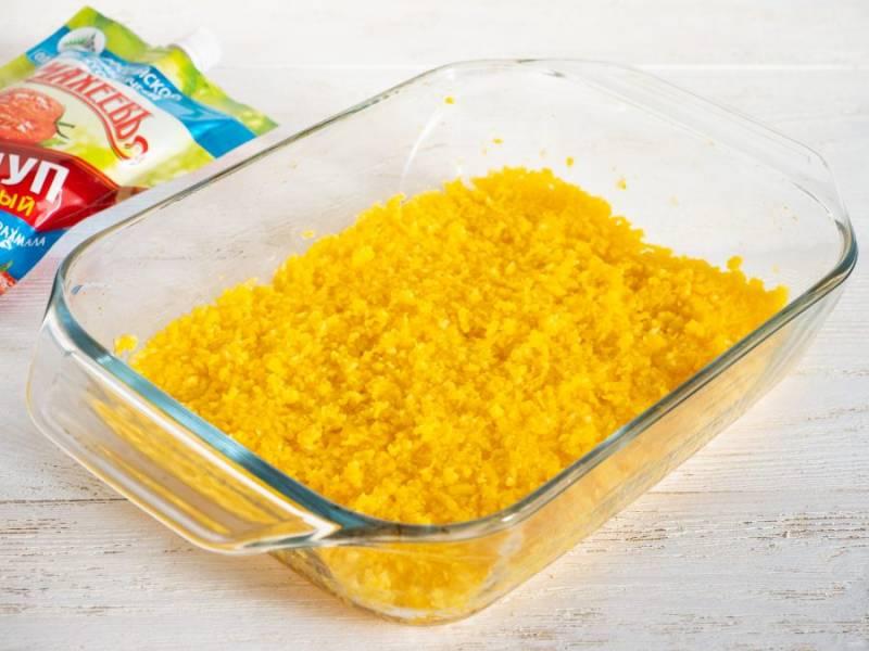 Очищенную тыкву измельчите блендером. Оставьте на 7-10 минут. Если даст сок, то слейте его. Форму для запекания смажьте оливковым маслом и выложите первым слоем половину измельченной тыквы.