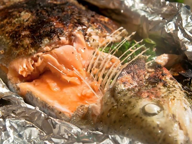 7. Проверить рыбку можно у головы, если сочная и характерного розового цвета, значит готова. Кости должны хорошо отставать от мяса.