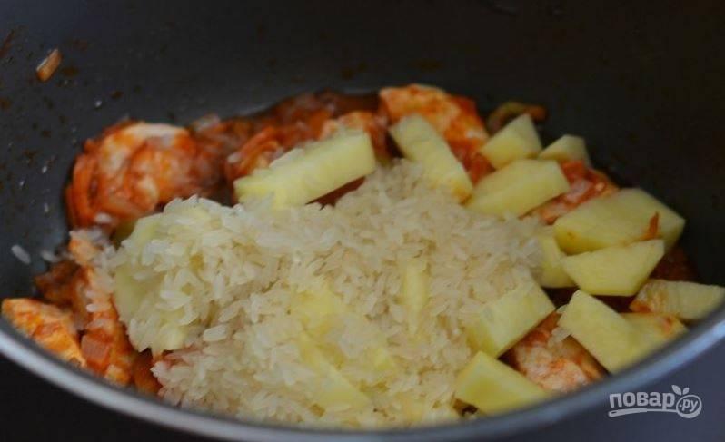 """В некоторых рецептах супа """"Харчо"""" используется перловая крупа. В этом случае вам потребуется рис. Промойте его под проточной водой и выложите в чашу мультиварки."""