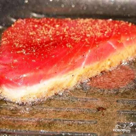 В ту же сковороду, где только что жарились помидоры, бросаем стейк. Еще раз хорошенько перчим и обжариваем примерно 1-2 минуты с одной стороны - до образования корочки.