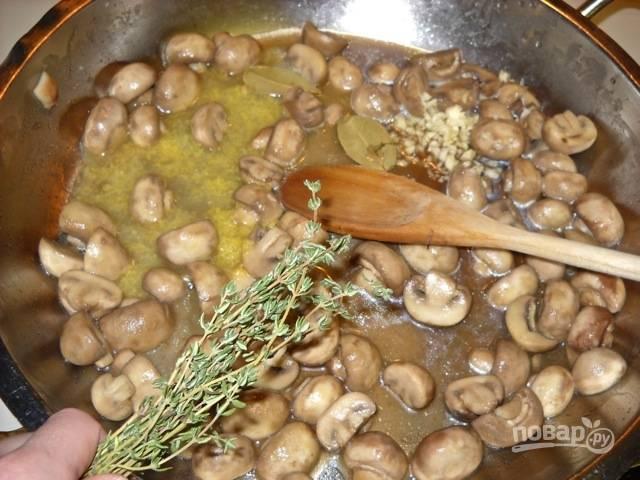3.Выключите огонь, добавьте в сковороду сок и цедру одного лимона, измельченный чеснок, лавровый лист, измельченные веточки свежего тимьяна, посолите и поперчите.