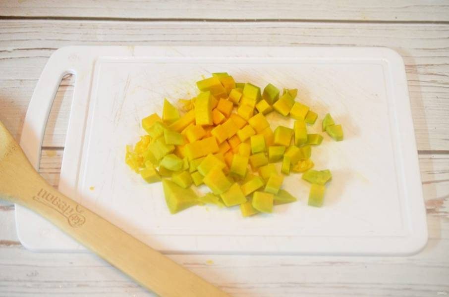 1. Тыкву почистите и нарежьте кубиками.