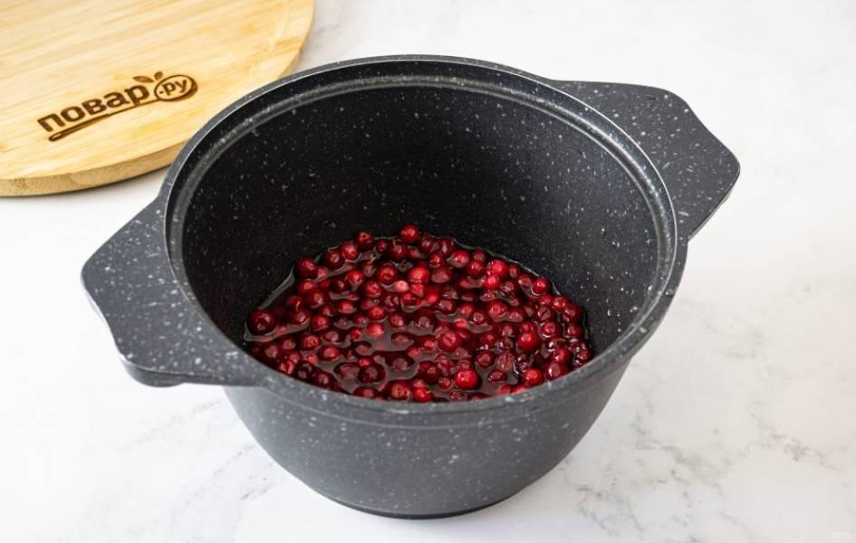 Размешайте оставшийся агар-агар с водой. Добавьте оставшуюся ягоду и сахар. Прогрейте эту смесь на среднем огне до закипания. Дайте покипеть 1-2 минуты.