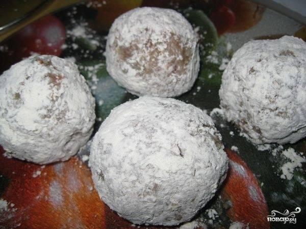 Каждый шарик обваляйте в муке или панировочных сухарях.