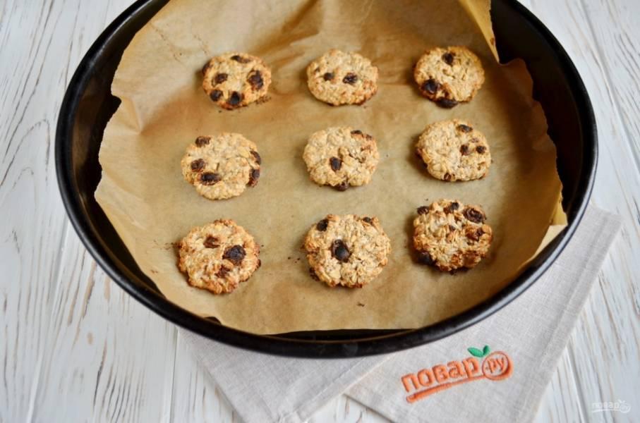 Печенье готово, оно легко снимается с бумаги, не прилипает. Остудите его полностью. Приятного!