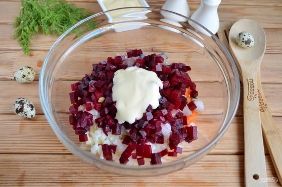 Свеклу порежьте кубиками, добавьте в салат, вместе с майонезом и щепоткой перца молотого. Перемешайте. Соль — по желанию.
