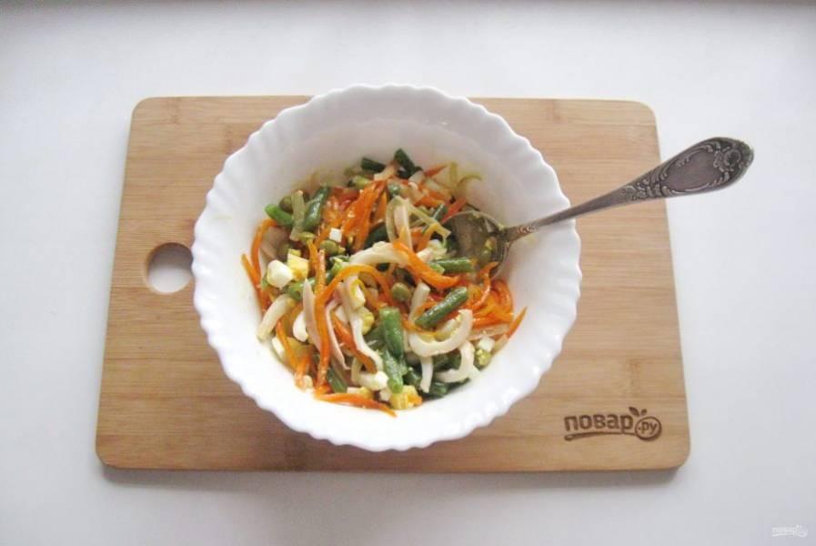 Салат посолите, добавьте лимонный сок и перемешайте. По желанию можно салат заправить сметаной или майонезом.