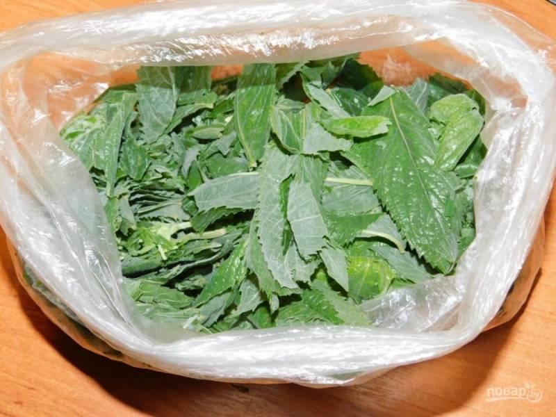 Добавьте листья мяты и проварите все вместе минут 10. Затем дайте отвару постоять минут 20 и процедите. Добавьте по вкусу сахар. Перемешайте и остудите.