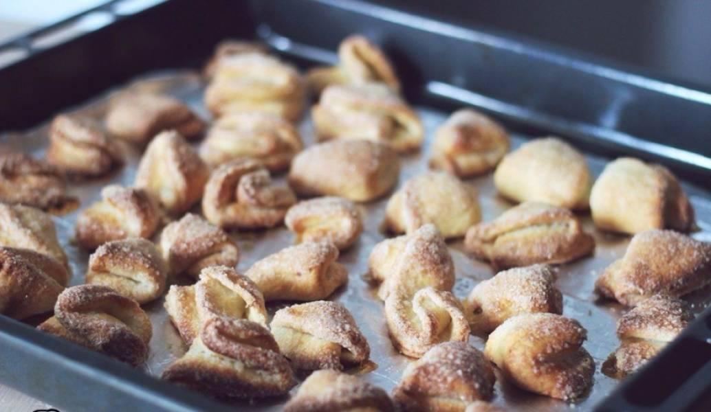 Отправляем в разогретую до 180 градусов духовку на 15–20 минут (в зависимости от размера) до появления золотистой корочки.  Готовое печенье нужно снять с противня, дайте ему остыть. Подавайте с горячим чаем или кофе.