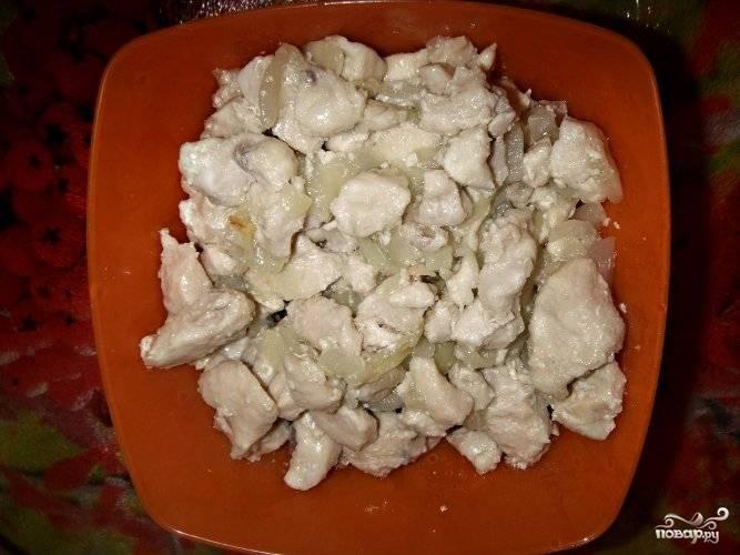 По окончании жарки курицу переложите в другую посуду.