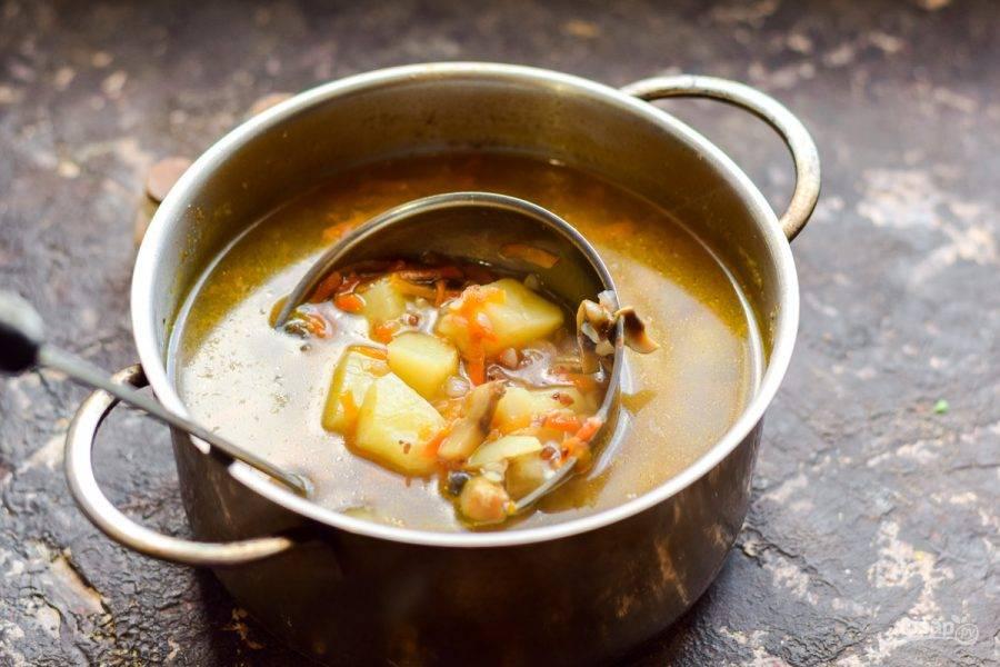 Варите суп 35-40 минут на небольшом огне.