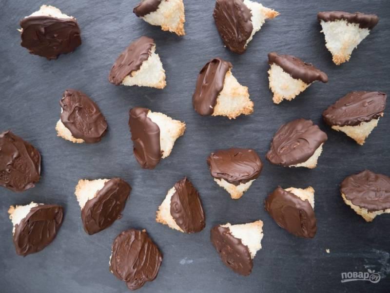 7. Макните макаруны в расплавленный шоколад основой. Подавайте их, когда они остынут. Приятного чаепития!