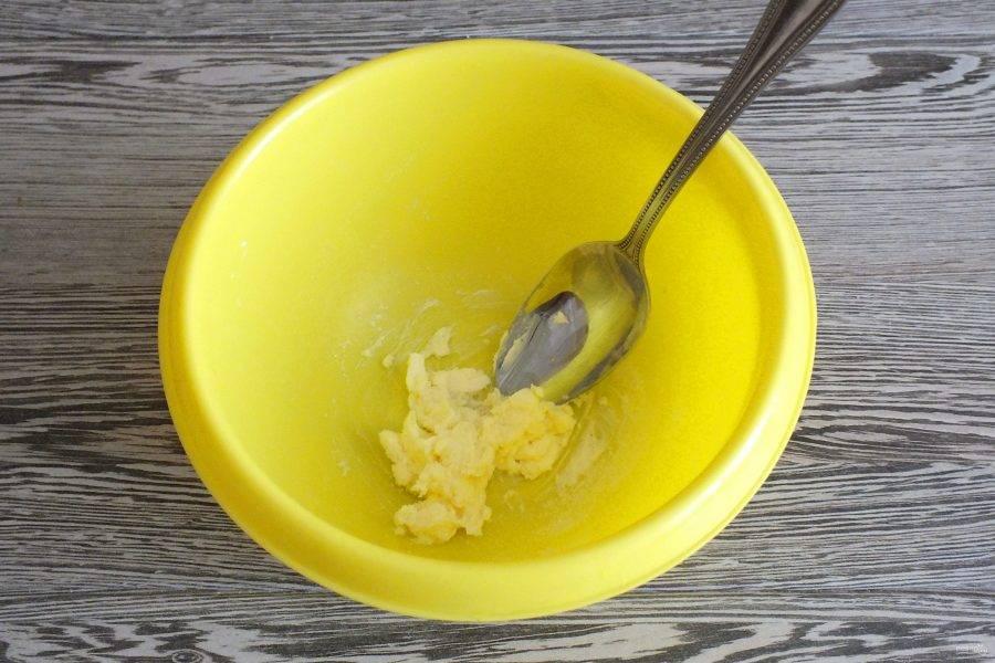 В чаше разотрите мягкое сливочное масло с сахаром и солью.