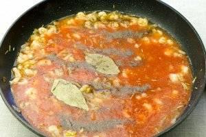 Влейте томатный сок, добавьте лавровый лист, поперчите и посолите. Тушите под крышкой 25-30 минут.