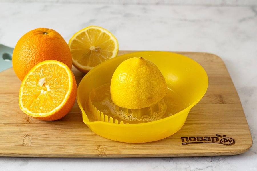 Один апельсин и один лимон помойте, разрежьте пополам и выжмите из них сок.