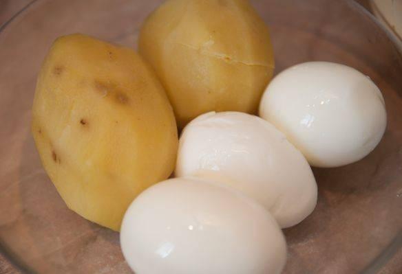 Заранее сварите картофель и яйца. Лук почистите и мелко нашинкуйте. Откройте банку с рыбой, размягчите её (рыбу) вилкой.