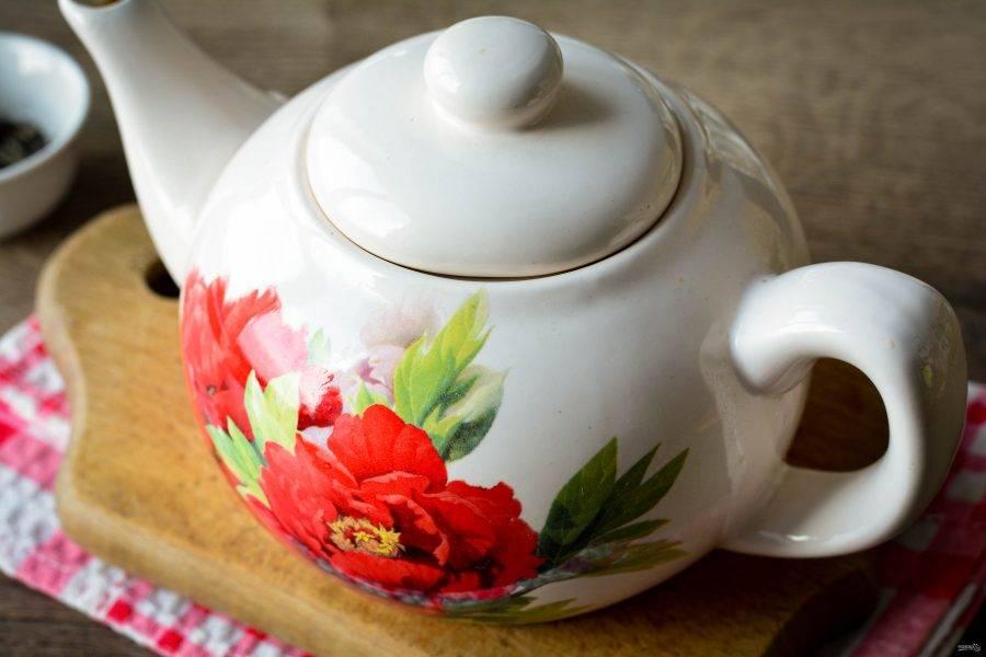 Прикройте заварник крышкой и дайте чаю настояться 10-15 минут. После чего разлейте в чашки, используя сито.